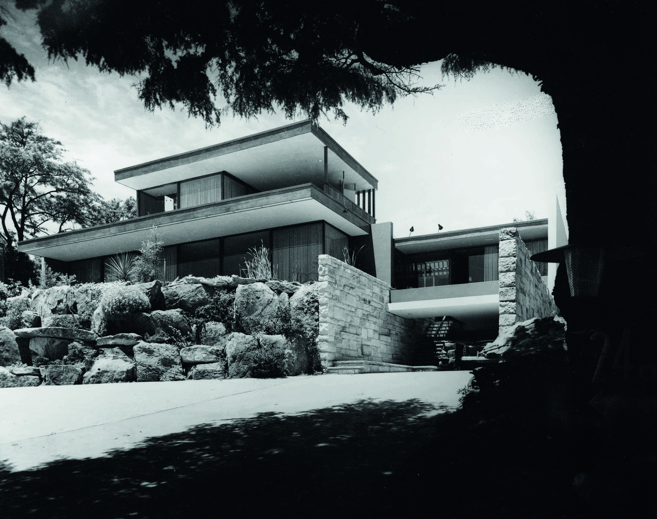 The Kelly House 1 at 24a Victoria Road, Bellevue Hill, New South Wales, winner of the 1955 House of the Year Award from Melbourne's progressive Architecture and Arts magazine. Photo Max Dupain.